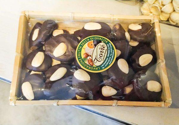 Fichi Ricoperti di Cioccolato Con Mandorle 400 gr con Cioccolato Fondente confezionati in un simpatico cesto -